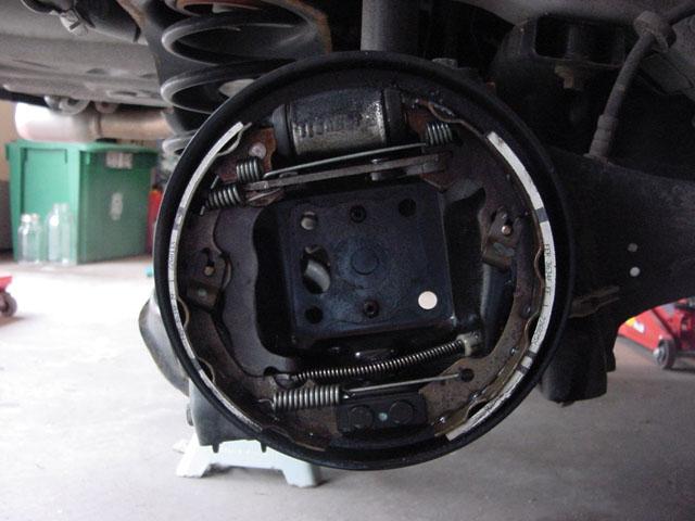 Replacing rear drum brake shoes - Focus Hacks